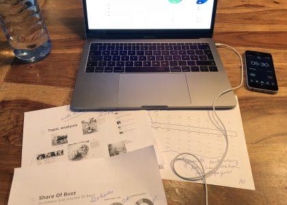 Getränk, Laptop, SmartPhone mit Timer, Notizen auf Papier